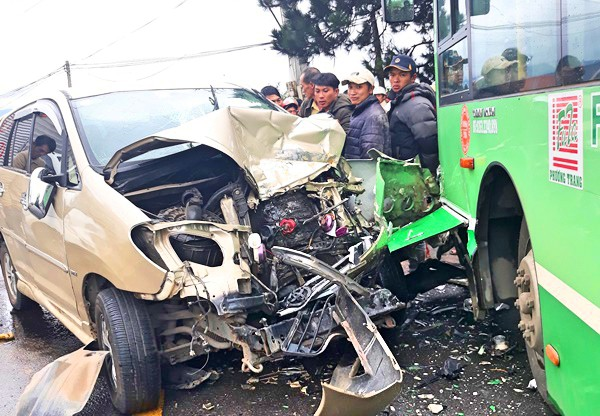 Da Lat: Bus for cars, one person died - Photo 1.