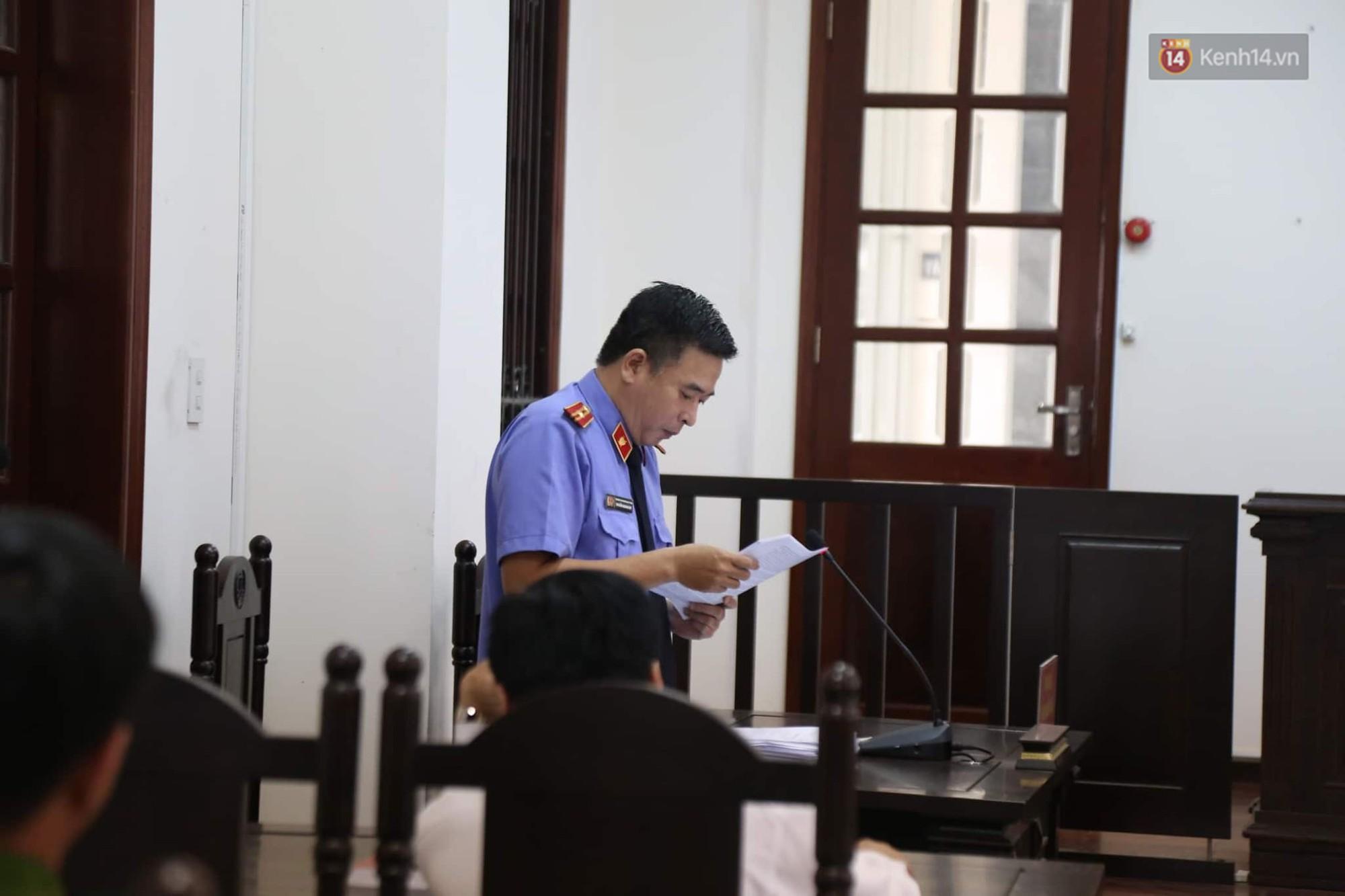 Kiểm sát viên đọc bản cáo trạng vụ án