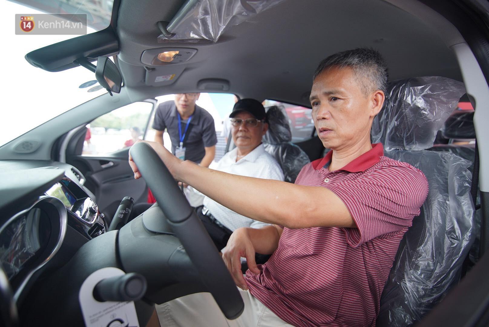 VinFast bàn giao hàng trăm xe ô tô Fadil, khách hàng tự hào: Người Việt dùng hàng Việt! - Ảnh 10.