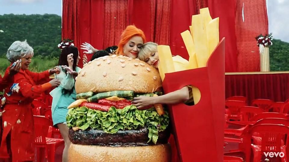 Khoảnh khắc thế kỷ: Katy Perry ôm chặt Taylor Swift trong MV You Need To Calm Down! - Ảnh 3.
