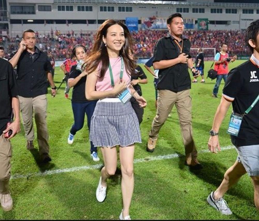 Tỷ phú kiêm trưởng đoàn xinh đẹp của tuyển nữ Thái Lan bật khóc sau khi đội nhà có bàn thắng đầu tiên ở World Cup - Ảnh 9.