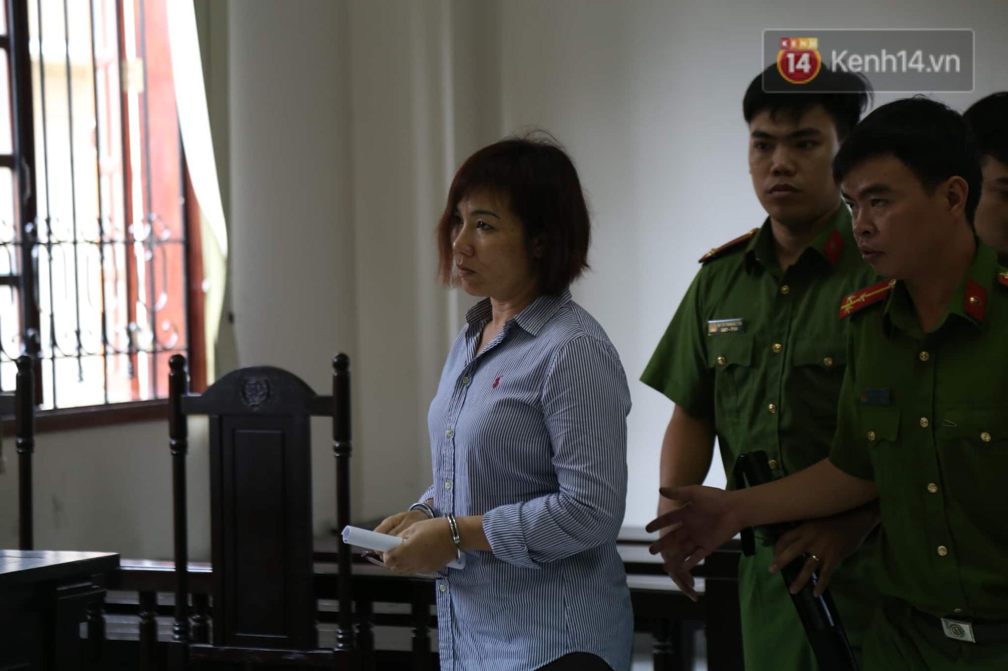 Nữ tài xế BMW vẫy tay chào người thân sau khi bị tuyên phạt 3 năm 6 tháng tù - Ảnh 4.
