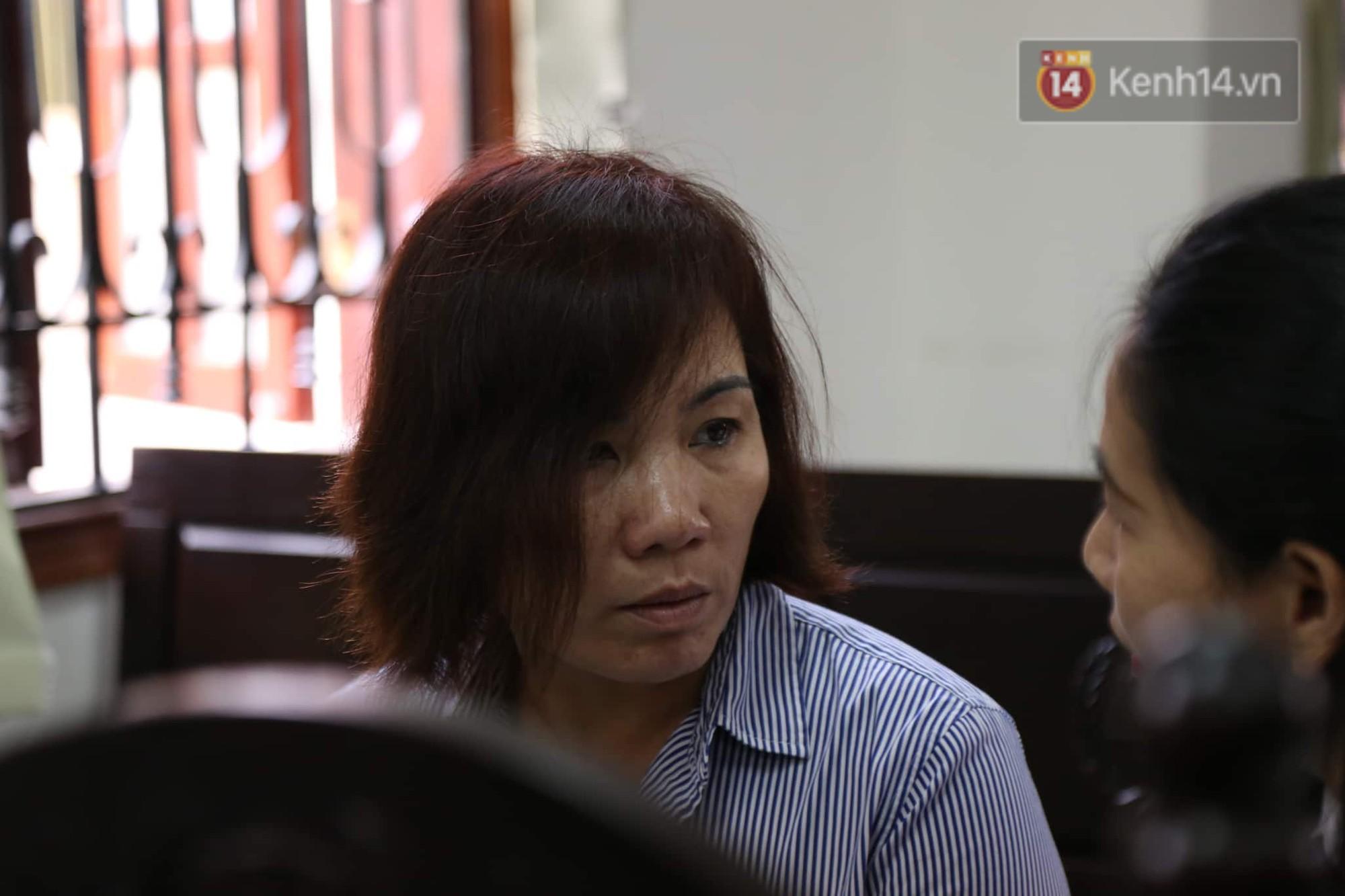 Khi trò chuyện với luật sư của mình, bị cáo rơm rớm nước mắt.