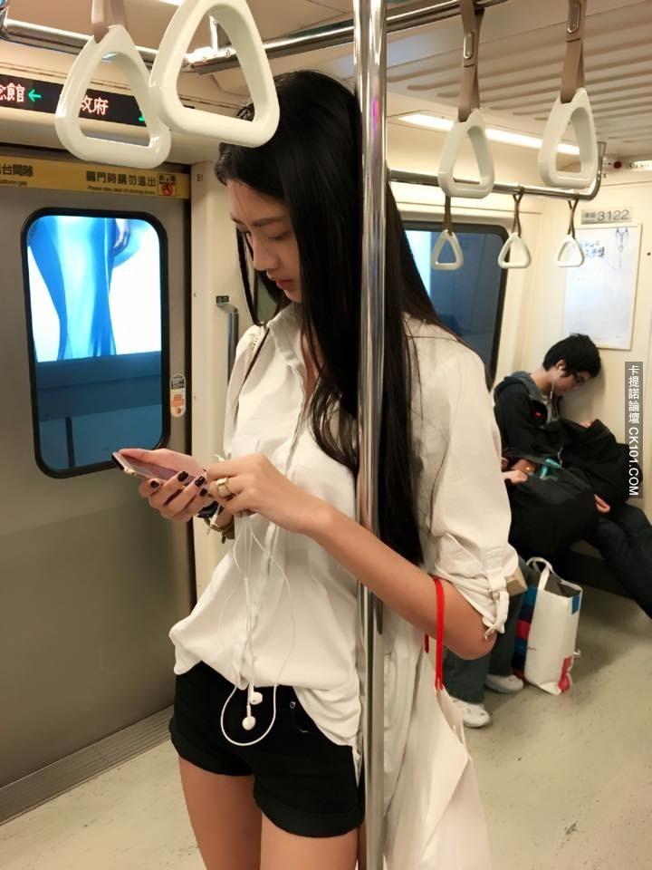 Cô gái giản dị vẫn nổi bật cả góc tàu điện ngầm, biết được danh tính lại càng bất ngờ hơn - Ảnh 1.