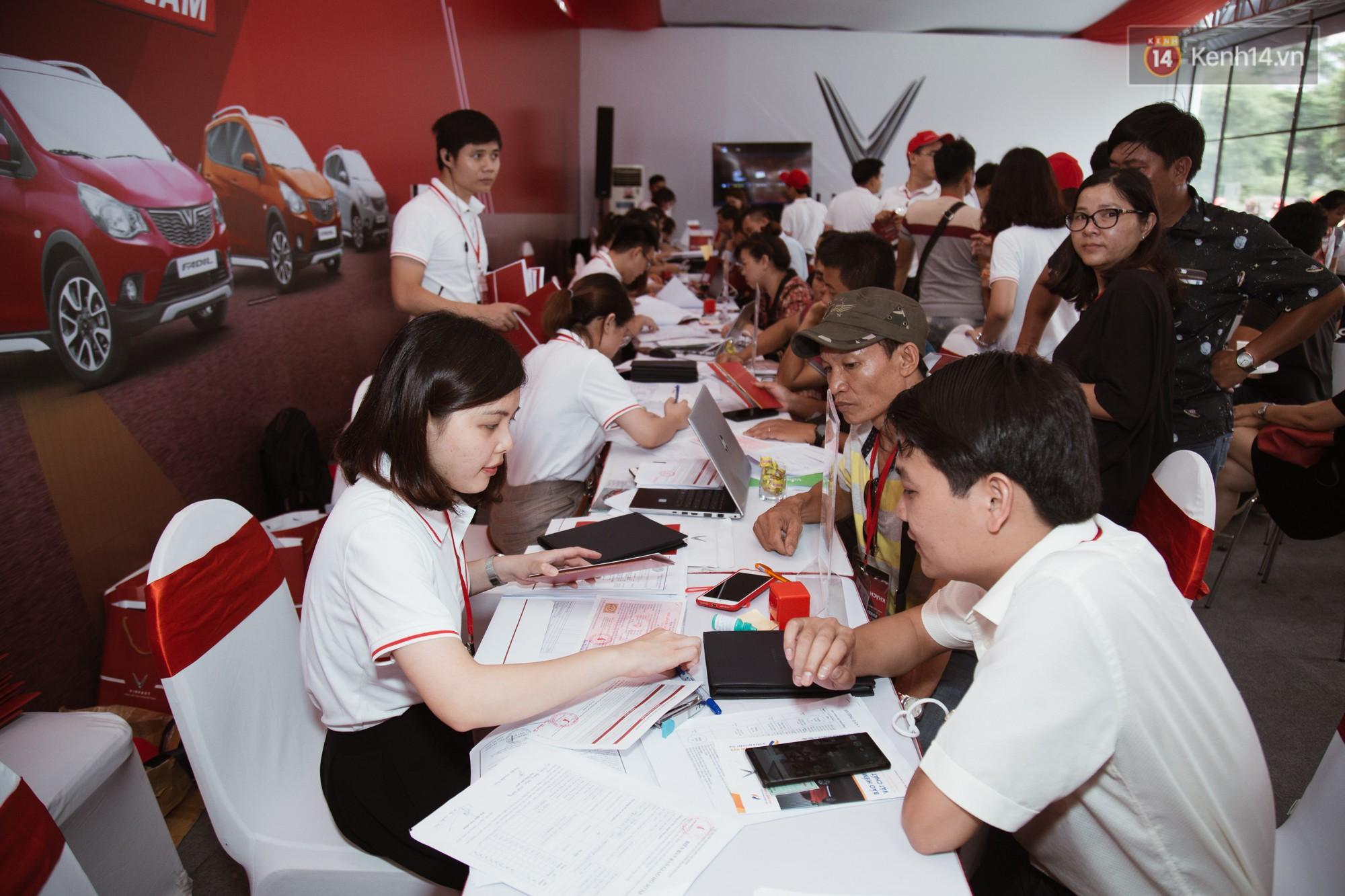 VinFast bàn giao hàng trăm xe ô tô Fadil, khách hàng tự hào: Người Việt dùng hàng Việt! - Ảnh 19.