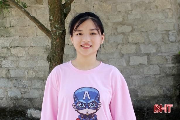 Thả cảm xúc vào 15 trang giấy, nữ sinh ở TP Hà Tĩnh giành điểm chuyên Văn cao nhất - Ảnh 1.