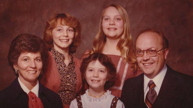 Gã ấu dâm dùng thuyết người ngoài hành tinh để lạm dụng đứa trẻ 12 tuổi, quan hệ với cả bố lẫn mẹ em nhằm có cớ bắt cóc cô bé - Ảnh 2.
