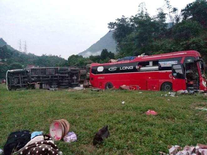 Vụ xe tải va chạm kinh hoàng với xe khách khiến 40 người thương vong: Chuyển gấp nhiều nạn nhân lên Hà Nội - Ảnh 1.