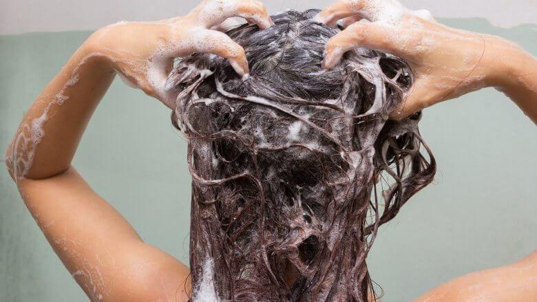 Đây chính là những sai lầm thường gặp khiến mái tóc của bạn ngày càng yếu dần - Ảnh 6.