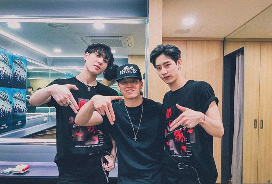 Đại gia đình JYP dự concert GOT7: TWICE vắng mặt vì bận, bố Park cả gan quẩy banh khán đài - Ảnh 2.