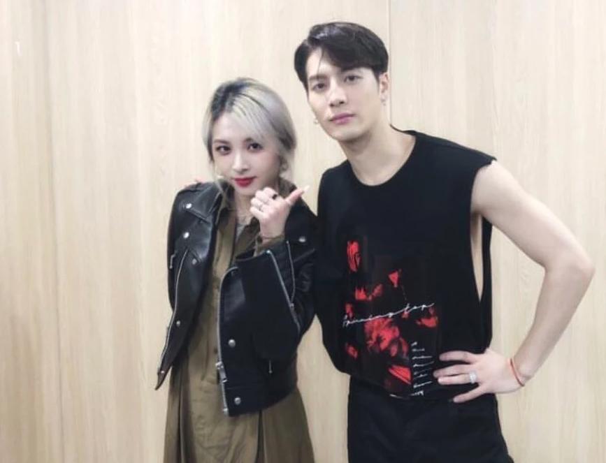 Đại gia đình JYP dự concert GOT7: TWICE vắng mặt vì bận, bố Park cả gan quẩy banh khán đài - Ảnh 3.