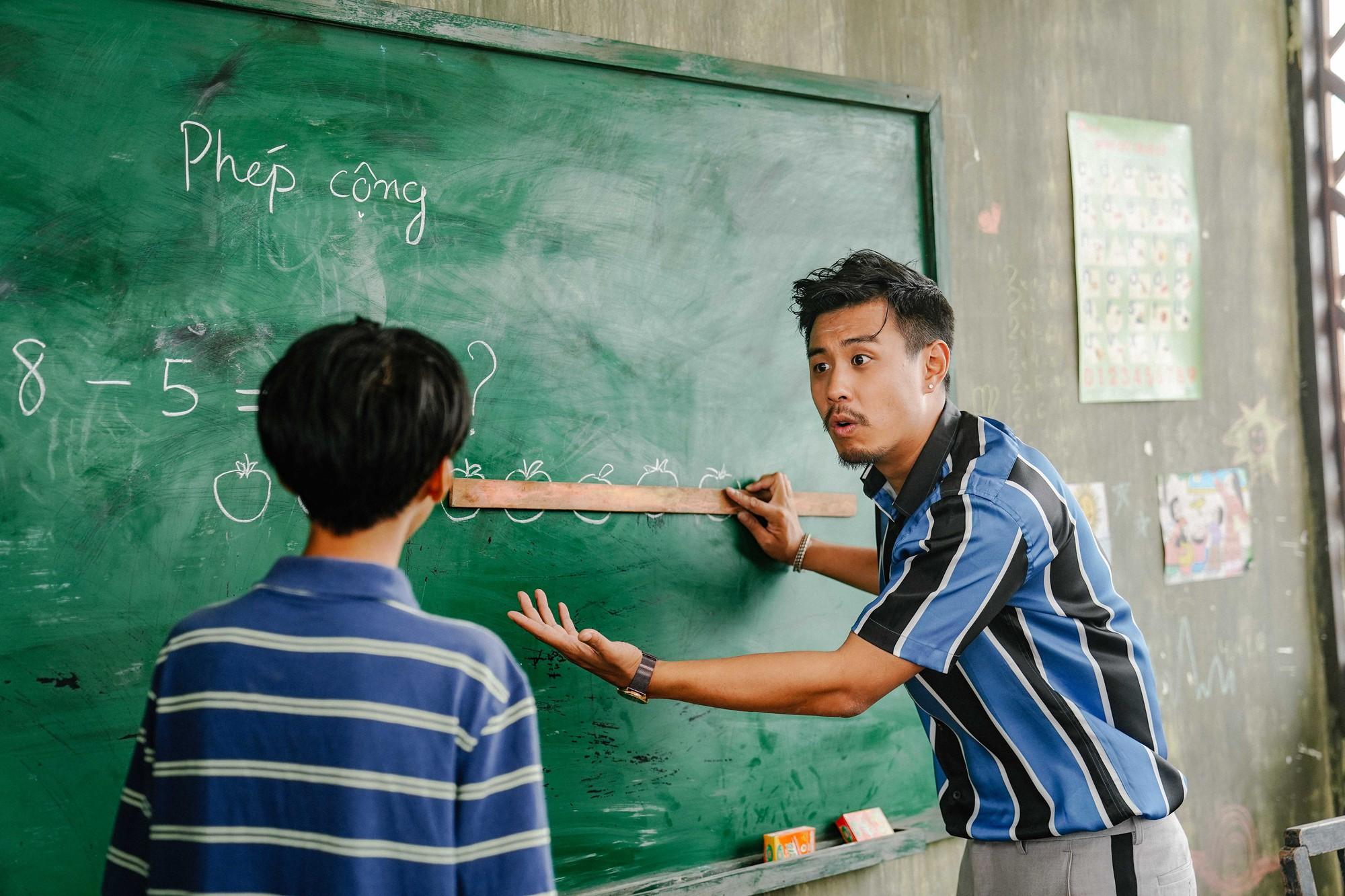 Đen như Huyme trong Anh Thầy Ngôi Sao: Nuôi mộng làm showbiz nhưng lại bị độ ra đảo làm thầy giáo - Ảnh 4.