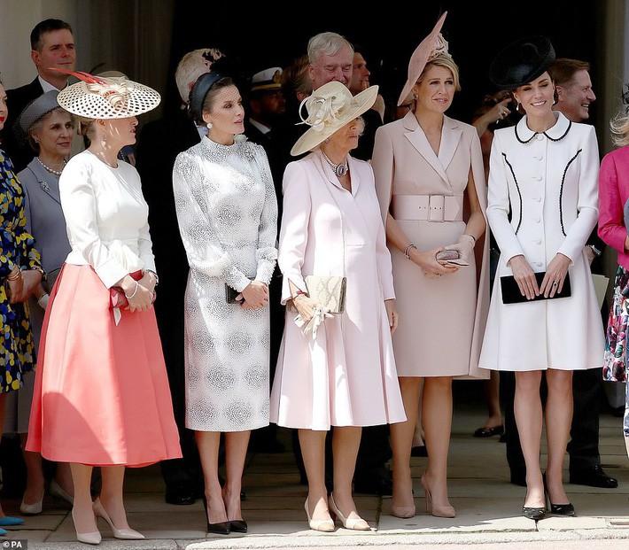 Cuộc đọ style Hoàng gia gay cấn: Trong khi Công nương Kate vẫn giữ hình ảnh cũ thì Hoàng hậu Letizia lại gây bất ngờ - Ảnh 1.