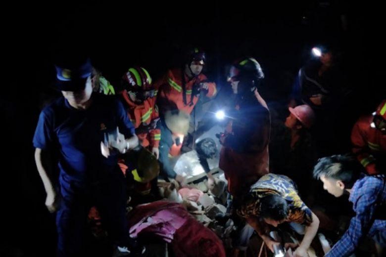 Ảnh: Hiện trường vụ động đất ở Tứ Xuyên làm gần 150 người thương vong - Ảnh 1.