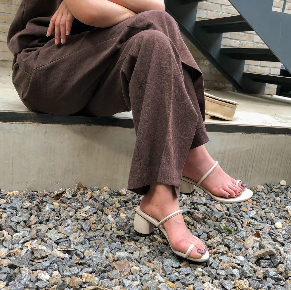 Mang danh giày có gót nhưng 2 lựa chọn này không hề gây đau chân, lại mát rượi để diện vào mùa hè - Ảnh 1.