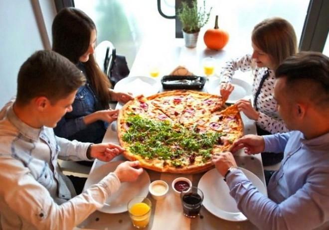 Cửa hàng pizza sẵn sàng miễn phí đồ ăn cho khách nếu họ tránh xa smartphone khi dùng bữa - Ảnh 1.