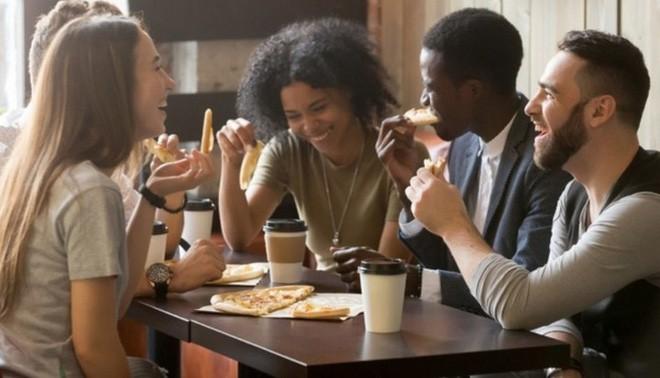 Cửa hàng pizza sẵn sàng miễn phí đồ ăn cho khách nếu họ tránh xa smartphone khi dùng bữa - Ảnh 2.