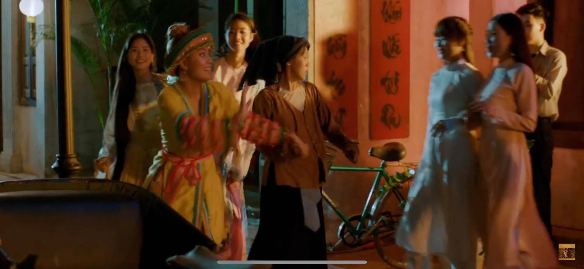 Thật thú vị: Cả vũ trụ văn học Việt Nam tụ hội trong MV Để Mị nói cho mà nghe của Hoàng Thùy Linh! - Ảnh 11.