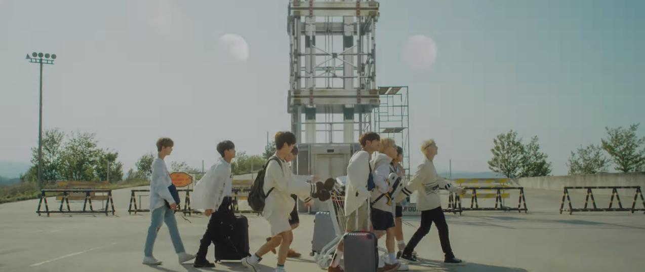 Stray Kids đối đầu Red Velvet qua MV ảo giác có 1 chi tiết giống TWICE, khiến fan GOT7 ghen tị vì điều này - Ảnh 2.