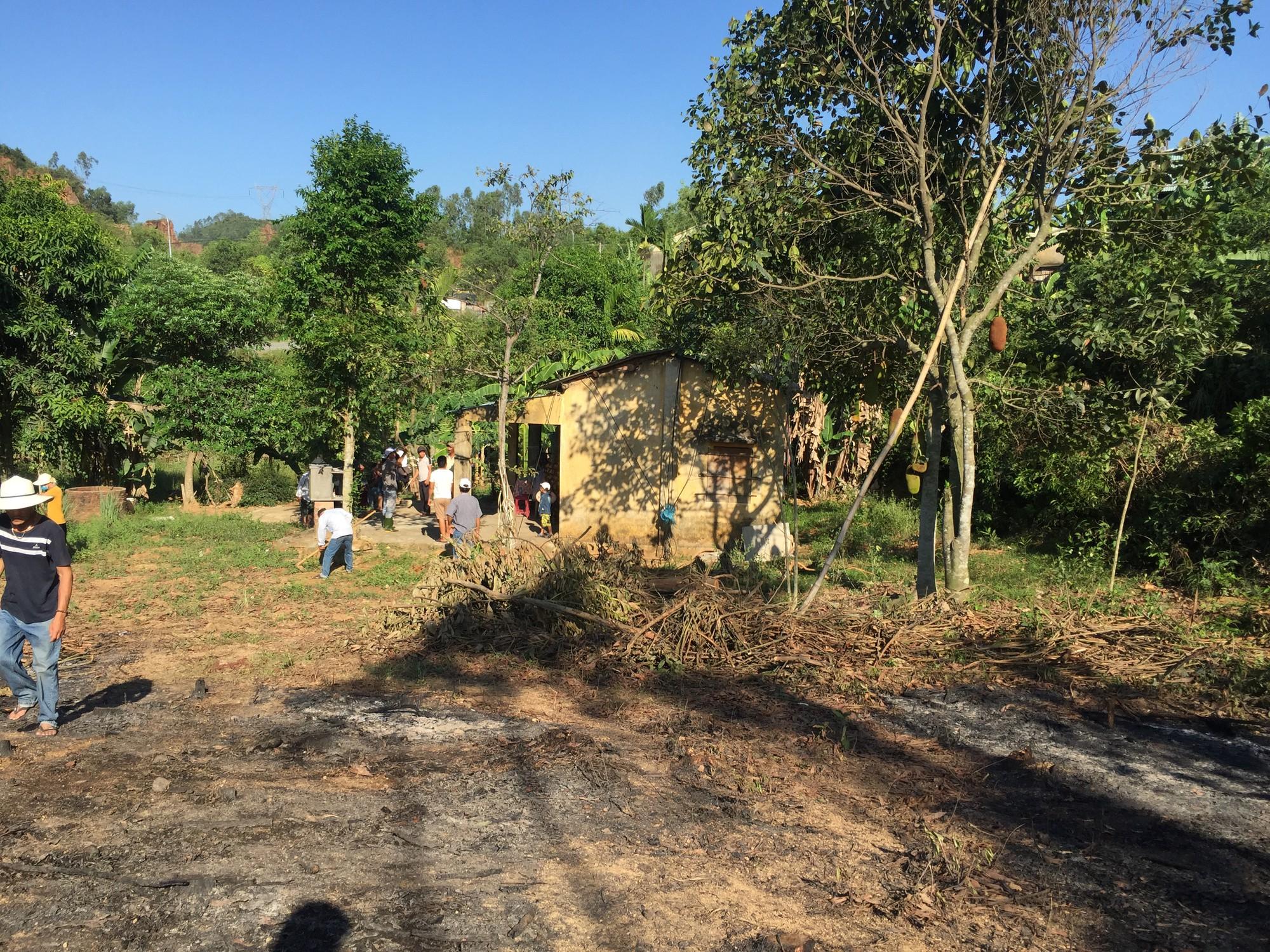 Phát hiện thi thể cụ ông nằm giữa đám cháy trong khu vườn cạnh nhà