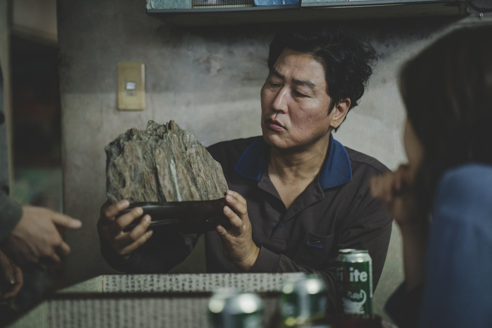 Mê điện ảnh Hàn, ghét hài nhảm, thích combo phim nghệ thuật khuyến mãi thêm trào phúng thì xem ngay Parasite! - Ảnh 10.