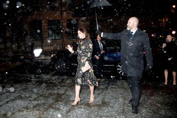 Nhìn vào cú ngã điếng người của Thư Kỳ, hội chị em nên cảnh giác cao độ khi đi giày cao gót ngày mưa - Ảnh 8.
