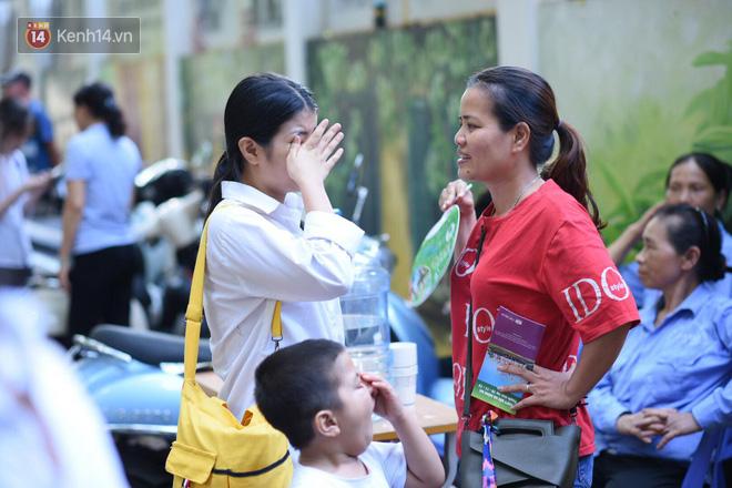 Hàng loạt thí sinh và phụ huynh ôm nhau bật khóc nức nở ngoài cổng trường thi vì không làm được bài - Ảnh 3.