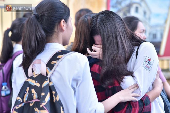 Hàng loạt thí sinh và phụ huynh ôm nhau bật khóc nức nở ngoài cổng trường thi vì không làm được bài - Ảnh 6.
