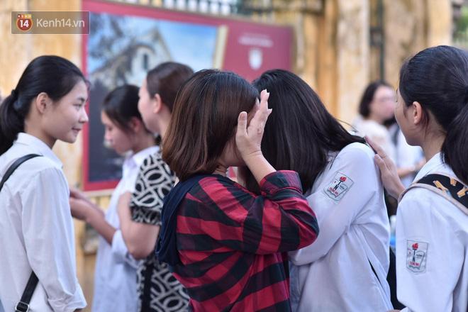 Hàng loạt thí sinh và phụ huynh ôm nhau bật khóc nức nở ngoài cổng trường thi vì không làm được bài - Ảnh 13.