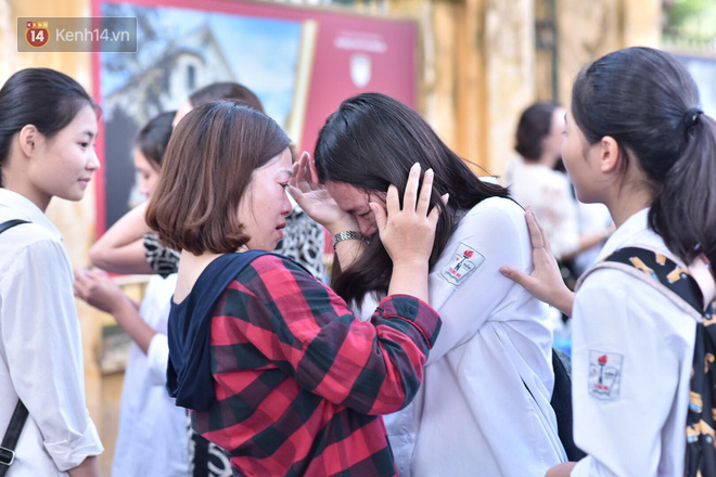 Hàng loạt thí sinh và phụ huynh ôm nhau bật khóc nức nở ngoài cổng trường thi vì không làm được bài - Ảnh 5.