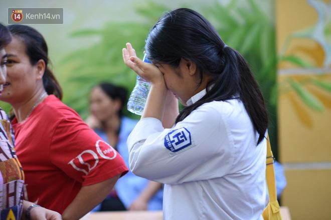 Hàng loạt thí sinh và phụ huynh ôm nhau bật khóc nức nở ngoài cổng trường thi vì không làm được bài - Ảnh 4.