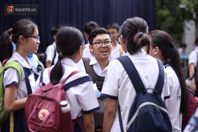 Đề thi Tiếng Anh vào lớp 10 ở TPHCM có sai sót, nhiều thí sinh buồn bã vì không làm được bài - Ảnh 6.