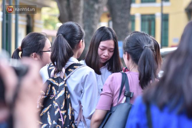 Hàng loạt thí sinh và phụ huynh ôm nhau bật khóc nức nở ngoài cổng trường thi vì không làm được bài - Ảnh 7.