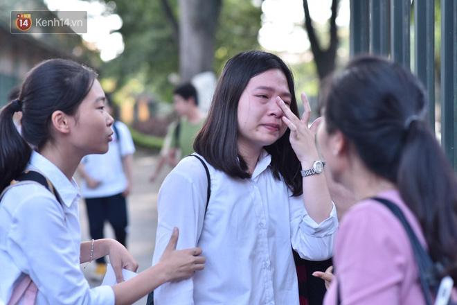 Hàng loạt thí sinh và phụ huynh ôm nhau bật khóc nức nở ngoài cổng trường thi vì không làm được bài - Ảnh 9.