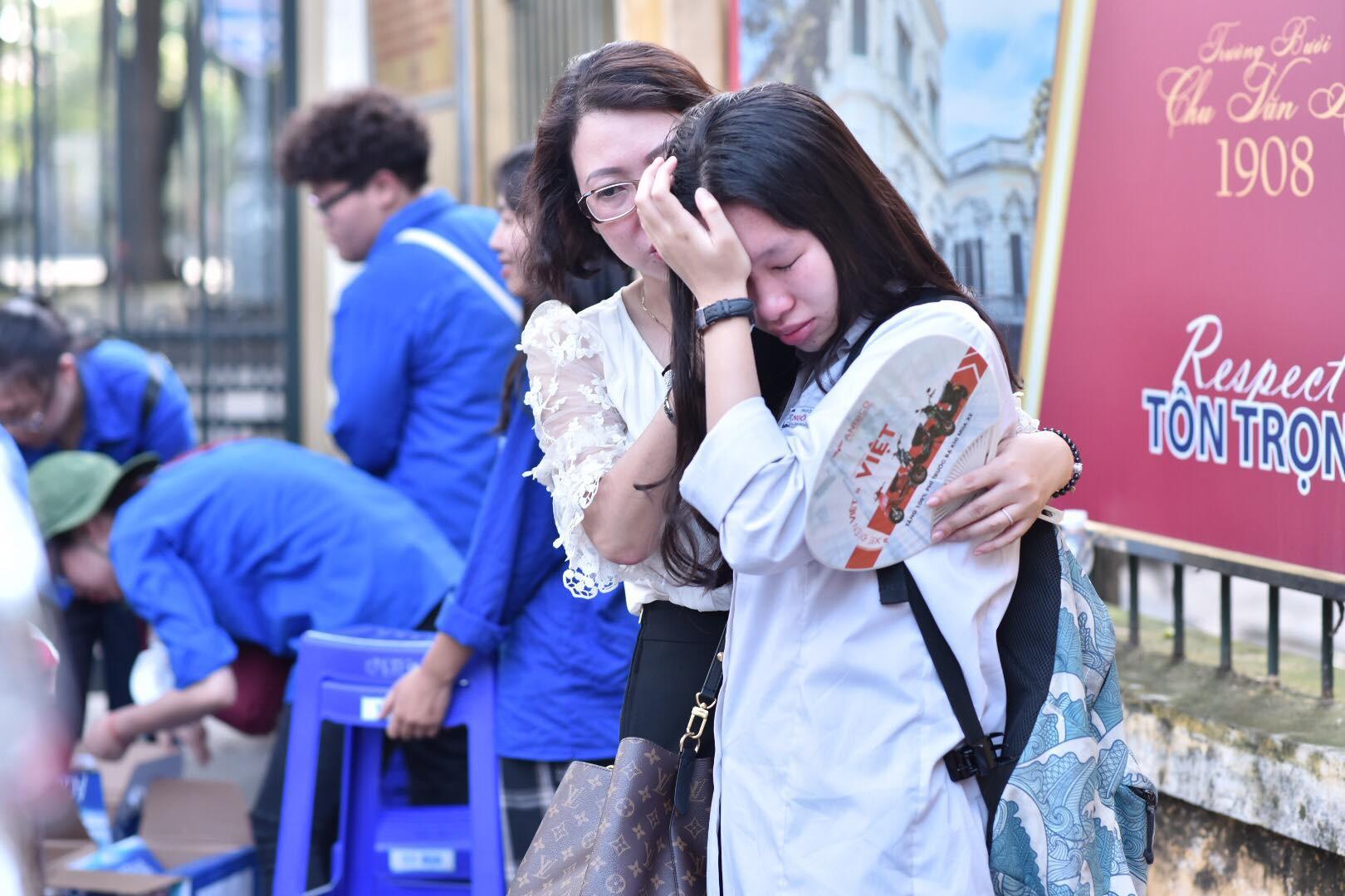Hàng loạt thí sinh và phụ huynh bật khóc nức nở ngoài cổng trường thi vì không làm được bài - Ảnh 13.