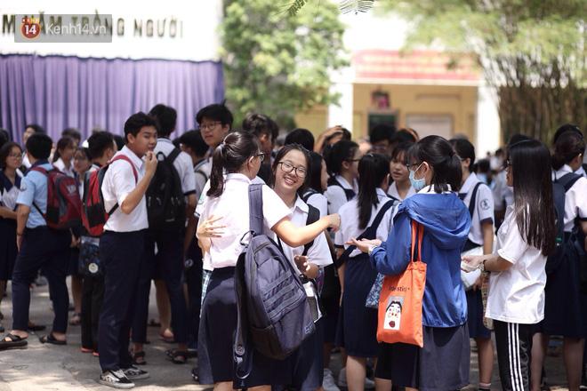 Đề thi Tiếng Anh vào lớp 10 ở TPHCM có sai sót, nhiều thí sinh buồn bã vì không làm được bài - Ảnh 8.
