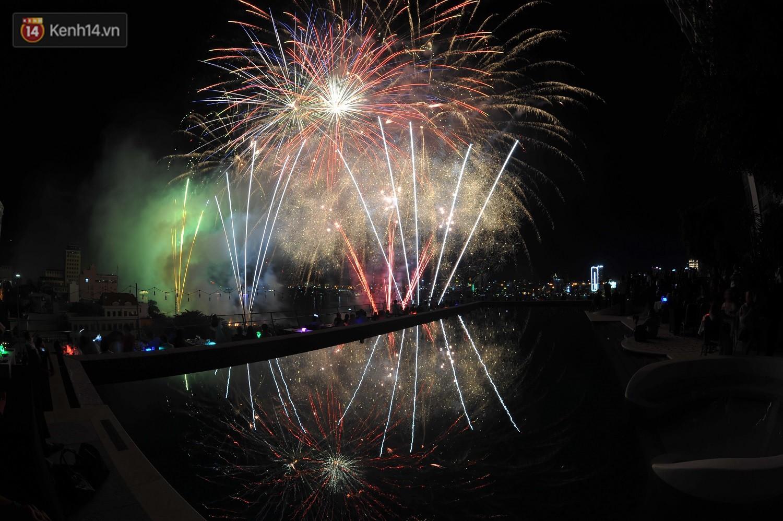 Ngắm màn tranh tài giữa Việt Nam và Nga mở màn Lễ hội pháo hoa quốc tế 2019 tại hồ bơi sang chảnh của khách sạn cao nhất Đà Nẵng - Ảnh 9.