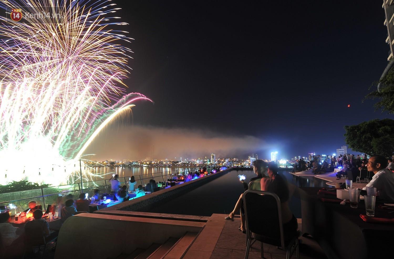 Ngắm màn tranh tài giữa Việt Nam và Nga mở màn Lễ hội pháo hoa quốc tế 2019 tại hồ bơi sang chảnh của khách sạn cao nhất Đà Nẵng - Ảnh 12.