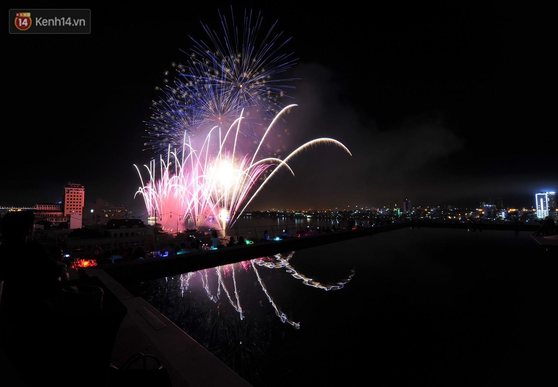 Ngắm màn tranh tài giữa Việt Nam và Nga mở màn Lễ hội pháo hoa quốc tế 2019 tại hồ bơi sang chảnh của khách sạn cao nhất Đà Nẵng - Ảnh 3.