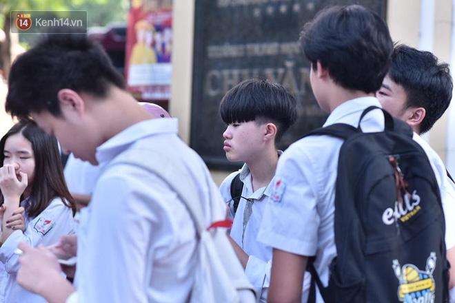 Hàng loạt thí sinh và phụ huynh ôm nhau bật khóc nức nở ngoài cổng trường thi vì không làm được bài - Ảnh 11.