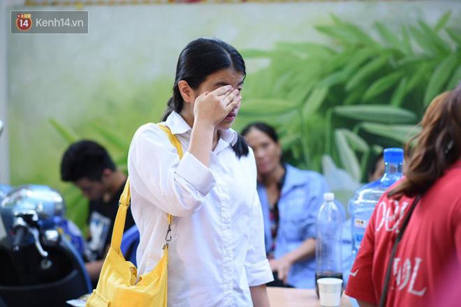 Hàng loạt thí sinh và phụ huynh ôm nhau bật khóc nức nở ngoài cổng trường thi vì không làm được bài - Ảnh 2.