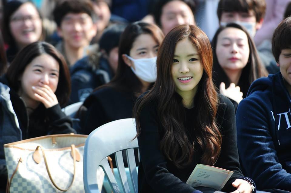 Muôn kiểu sao Hàn gây náo loạn khi đến trường: Sương sương đi học, đi thi thôi mà như dự sự kiện, đẹp tựa cảnh phim - Ảnh 8.
