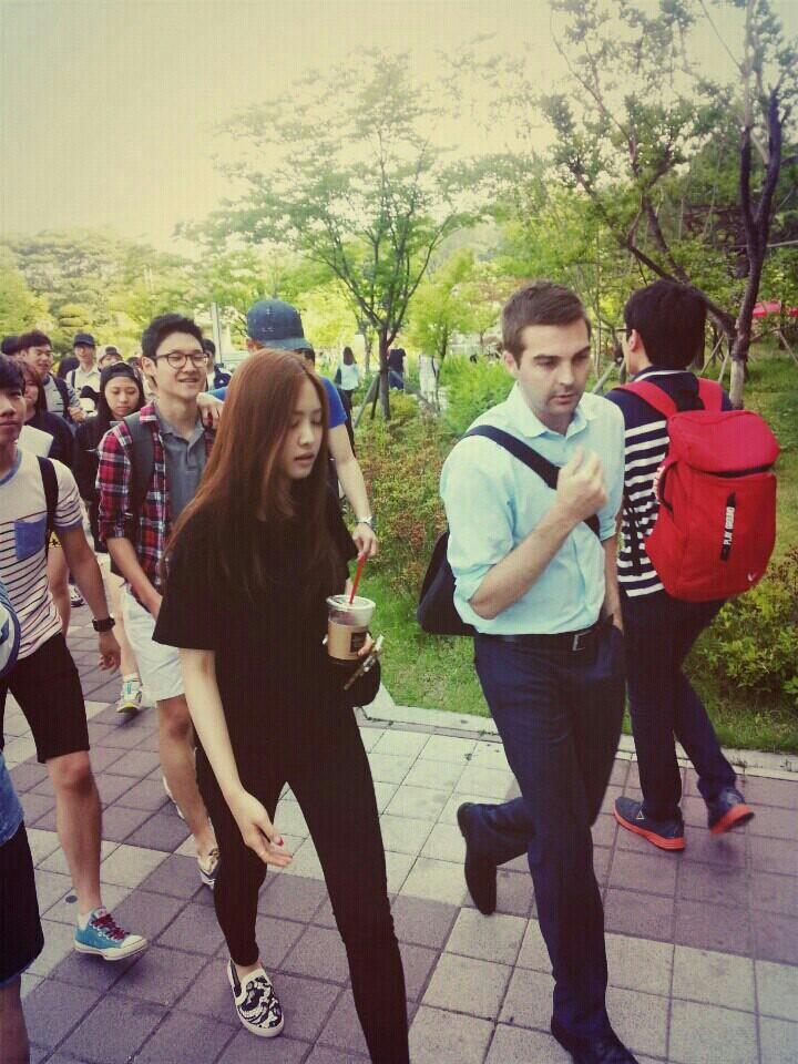 Muôn kiểu sao Hàn gây náo loạn khi đến trường: Sương sương đi học, đi thi thôi mà như dự sự kiện, đẹp tựa cảnh phim - Ảnh 9.