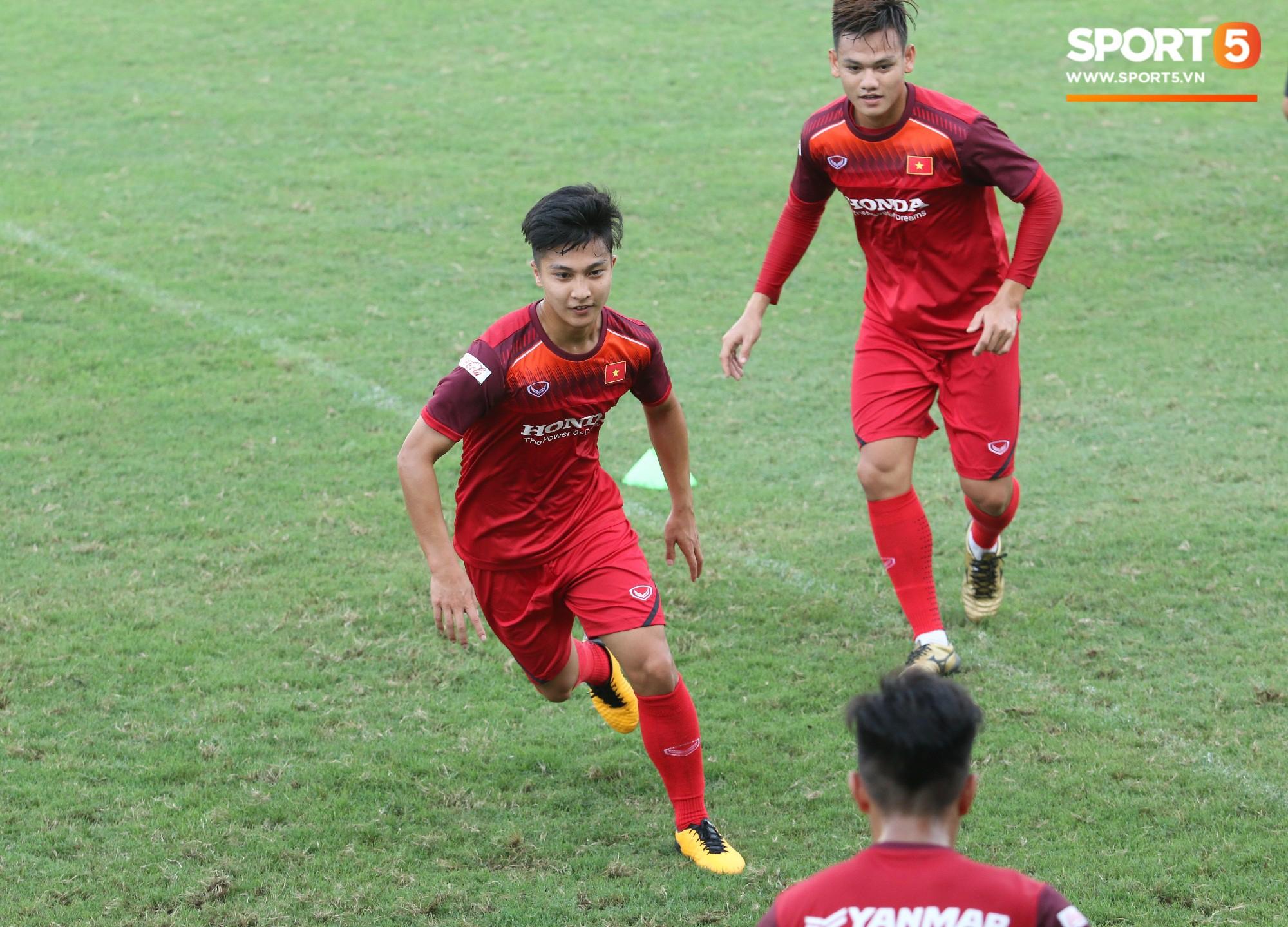 Hot boy Việt kiều chưa thể tập luyện, xót xa nhìn hàng loạt cầu thủ U23 Việt Nam chấn thương - Ảnh 1.