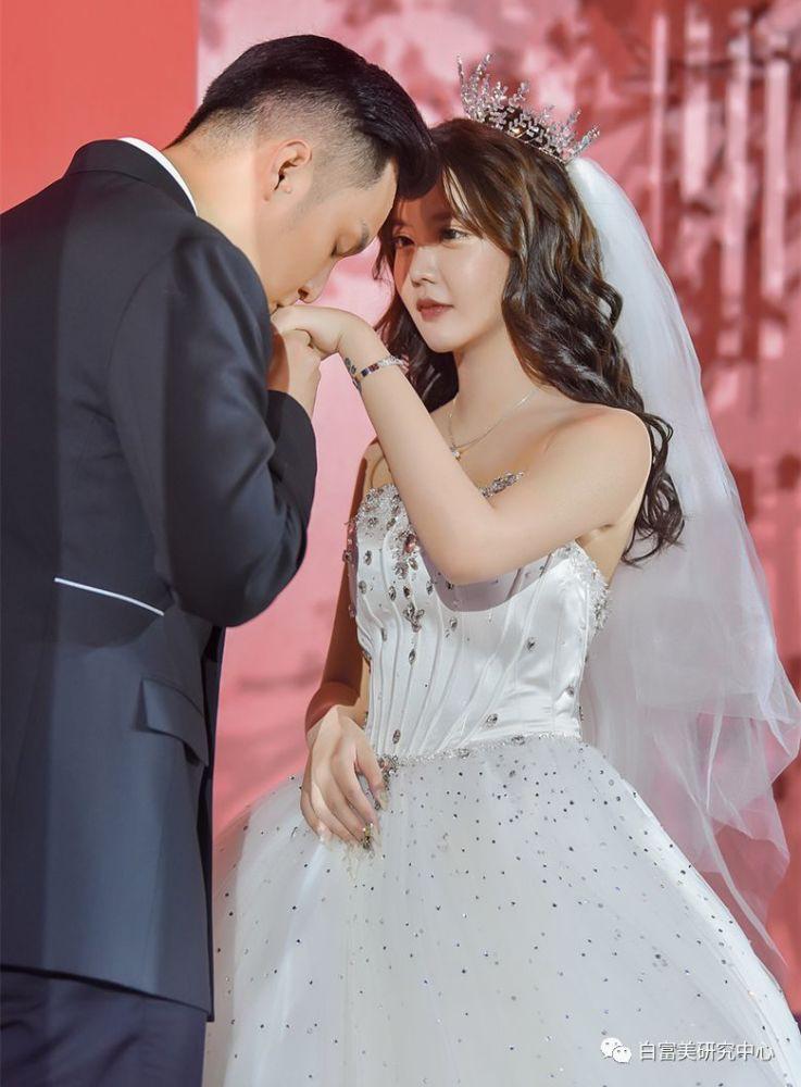Ngã ngửa hôn lễ của mẫu nữ xứ Trung: Nhan sắc thảm họa từ cô dâu đến khách mời toàn hotgirl Weibo bị bóc trần - Ảnh 3.