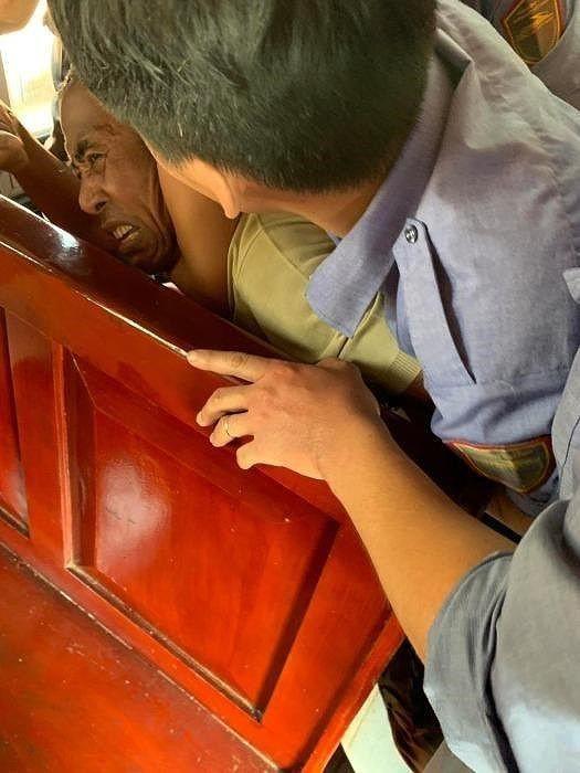 Hé lộ nguyên nhân người đàn ông đánh vợ ngay trên tàu SE8 - Ảnh 1.