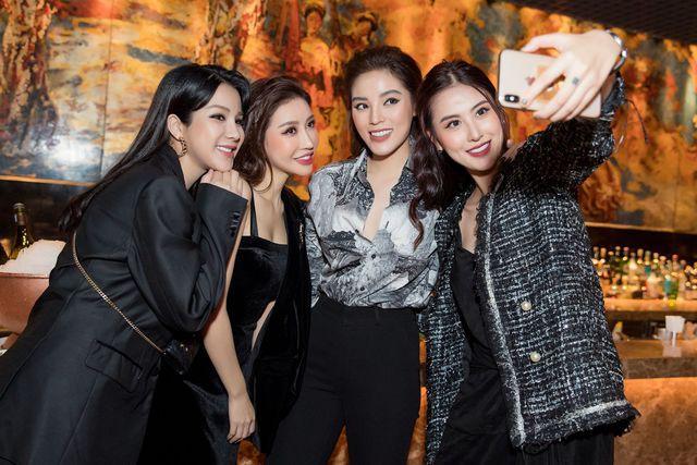 Những hội bạn thân toàn mỹ nhân Vbiz: Từ U30 đến U50 vẫn giữ vẻ đẹp tươi trẻ bất chấp thời gian, phong cách sành điệu miễn chê - Ảnh 4.