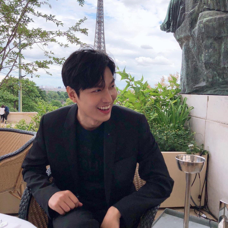 Khoe ảnh đẹp trai và sang chảnh ở Paris, nhưng Lee Min Ho sao lại lộ sống mũi cao vều như mỏ vịt thế này? - Ảnh 1.