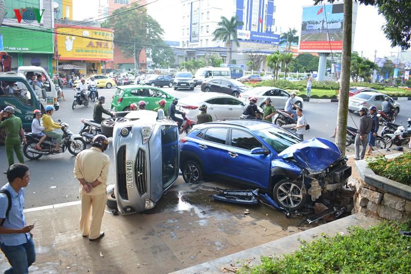 Xe ô tô con tông hàng loạt xe dừng đèn đỏ, nhiều người phải nhập viện - Ảnh 1.