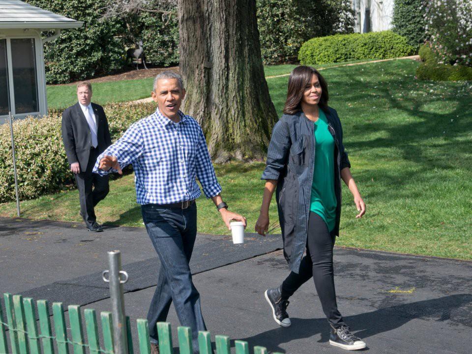 Michelle Obama từng chưng diện nhiều váy áo đắt tiền của các nhà thiết kế lừng danh, chẳng hạn như một chiếc váy Versace trị giá tới 12.000USD (gần 280 triệu đồng) cho các sự kiện đặc biệt khi còn là đệ nhất phu nhân, nhưng bà cũng nổi tiếng về gu ăn mặc giản dị, gần gũi. Bà thường lựa chọn trang phục của các thương hiệu giá cả phải chăng như J. Crew, Target và Converse.